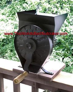 Hand-cranked nut sheller